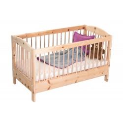 Gitterbett aus reinem Zirbenholz. zwei Rundbögen an der kurze Seite. Zirbenstäbe rund ums Bett verlaufend.