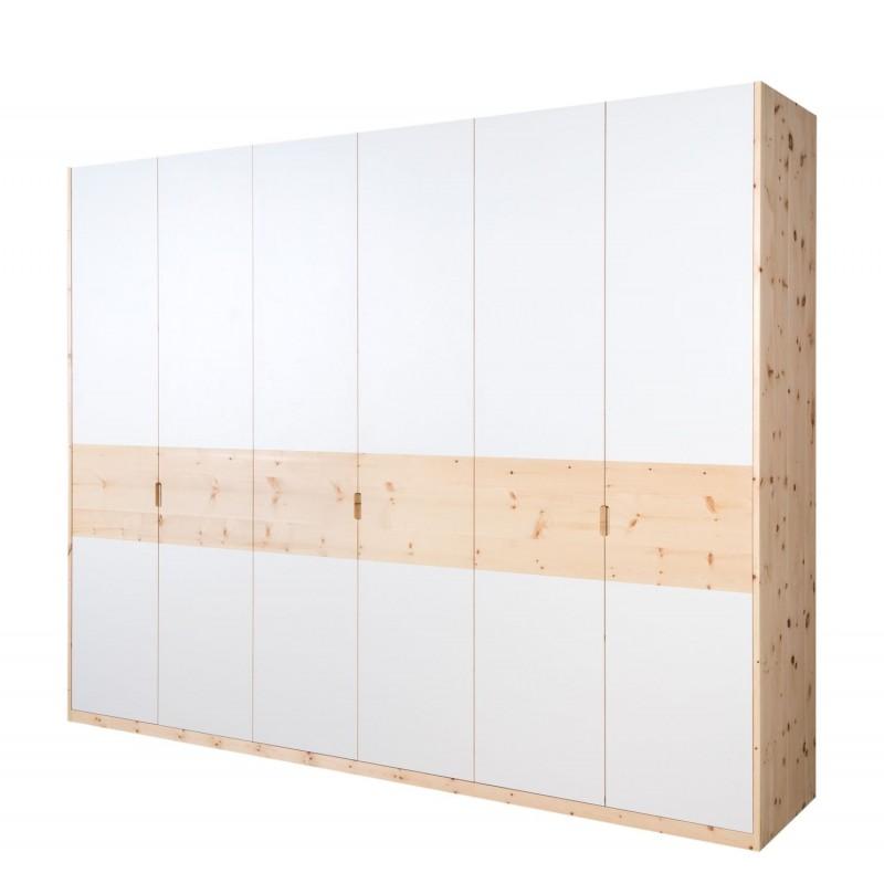 Arvenholzschrank mit moderner Glasfront.