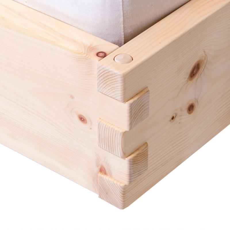 Modernes Zirbenholzbett mit geneigtem Kopfteil aus Walnuss. Nachtkästchen schwebend
