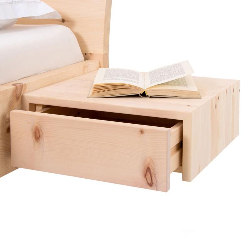 Zirbenholzbett mit geschwungenem Kopfteil und schwebenden Nachtkästchen.