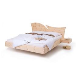 Arvenholzbett mit aufwendigem Kopfteil. schwebend