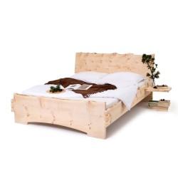 Klassisches Zirbenbett mit gezinkter Eckführung. Kopfteil und Ablagefächer mit Naturkante.