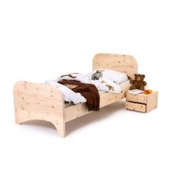 Kinderarvenbett mit abgerundetem Kopf und Fussteil. Nachtkästchen doppelt ausgeführt.