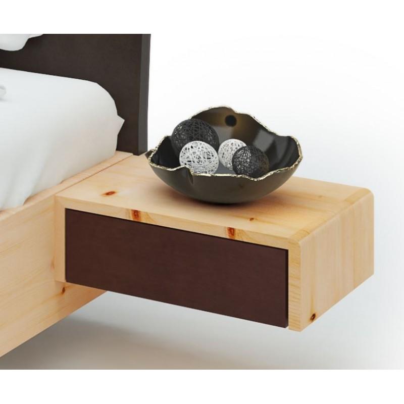 Modernes Zirbenholzbett mit Kopfteil in Lederoptik rund nach hinten gebogen. Nachtkästchen in Lederoptik.