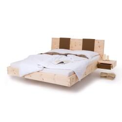 Zirbenbett mit geradem Kopfteil aus geteilter Lederoptik. 2 schwebende Nachtkästchen