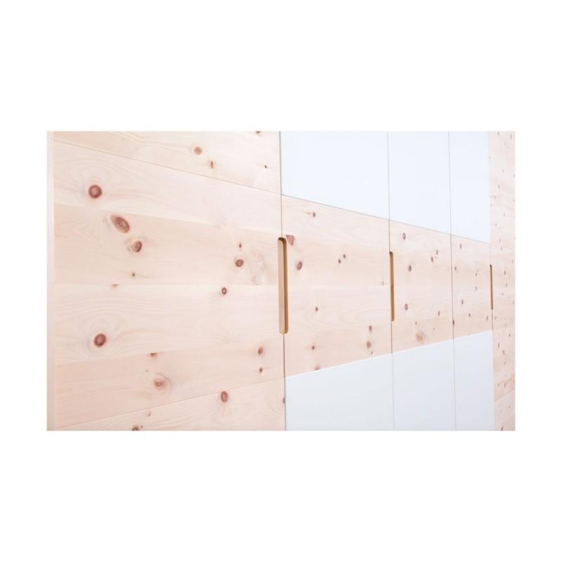 Moderner Zirbenholzschrank mit weißer Glasfront.
