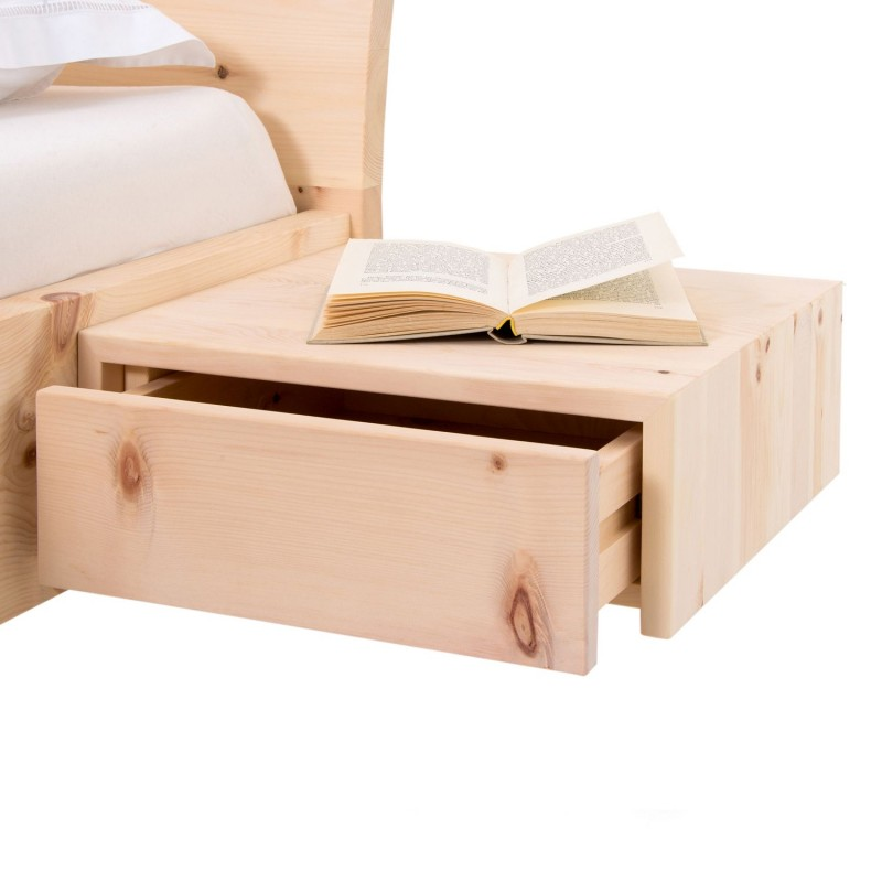 Am Bild das Zirbenbett Natur Deluxe in schwebender Optik aus rein luftgetrockneten Zirbenholz.