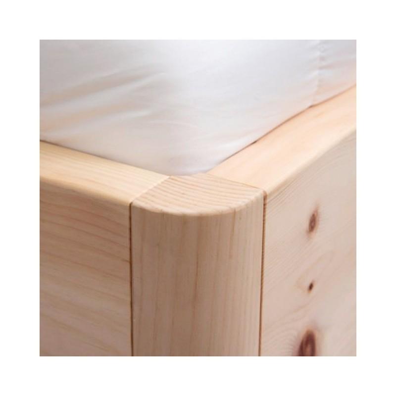 Arvenholzbett mit Kopfteil aus stehenden Stäben