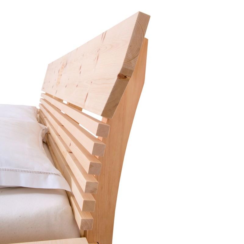 Modernes Zirbenbett mit Querleistenoptik und einer Neigung von 8 Grad. Zwei Nachtköstchen schwebend